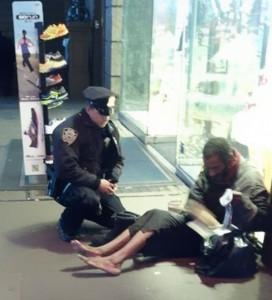 Полицейский купивший бомжу ботинки
