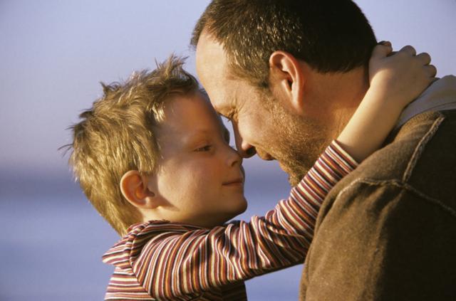 Отец с маленьким ребенком