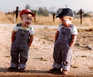 Два мальчика, один улыбается, другой грустит